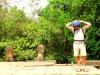 Cambodge - Angkor : Banteay Samré, Mme Serfati, très coquette, préfère le chèche touareg à la casquette !