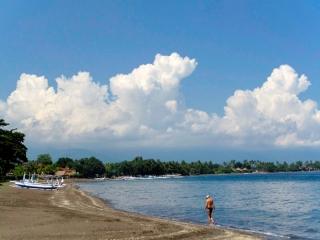 Indonésie - Bali - Lovina : la plage de sable noir