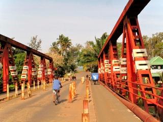 Madagascar - Manakara : pont sur la rivière