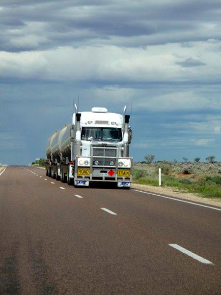 Australie : road train sur la route