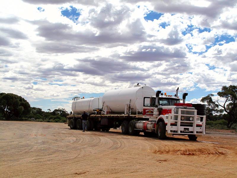 Australie : road train sur une aire à road train