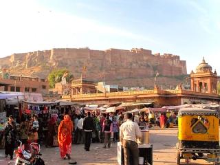 Inde - Jodhpur : le Fort depuis la place de l'horloge