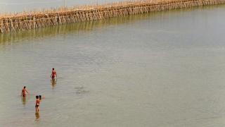 Cambodge - Kompong Cham : pont de bambou sur le Mékong