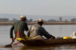 Madagascar - descente de la rivière Tsiribihina : pagayeurs