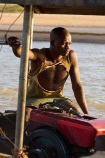 Madagascar - arrivée à Belo-sur-Tsiribihina : passage du bac